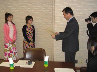 松沢知事から賞状と目録を受け取っているところ