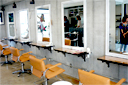 自分らしいスタイルで横浜・都筑の生活を楽しむ素敵な女性~ツヅキネーゼ【vol.13 いけばな小原流講師 西村真由美さんおすすめの美容室GLUNGE 白を基調とした明るいカットフロア】